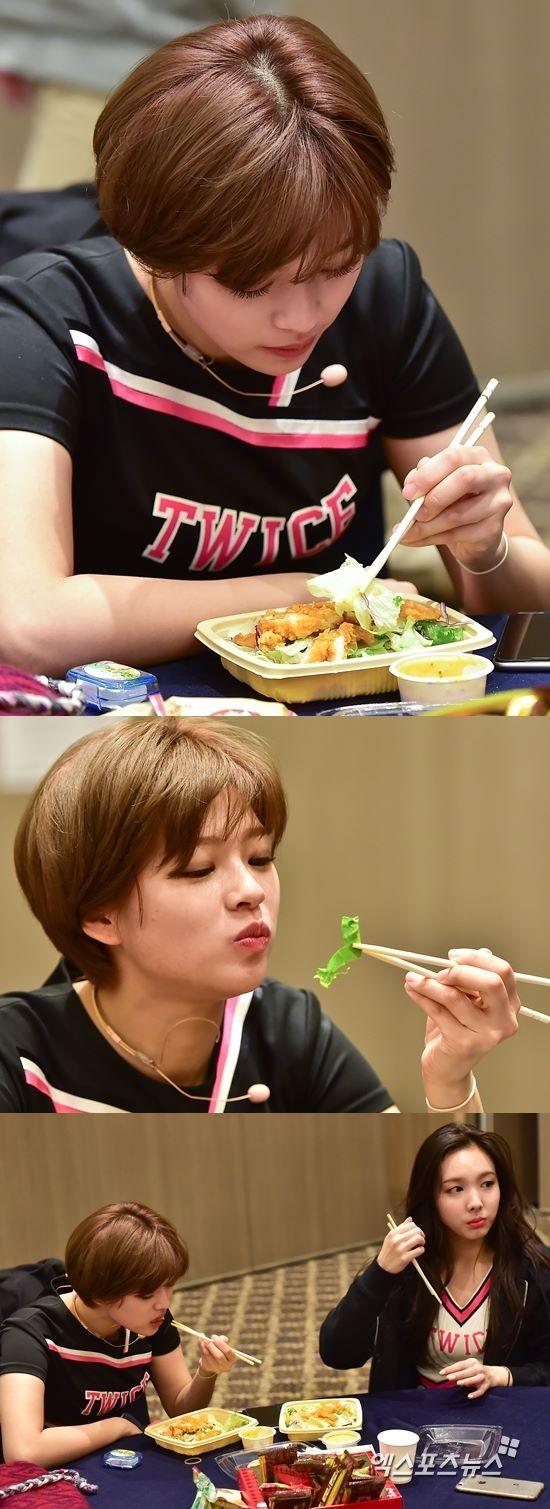 昼食を食べるジョンヨンとナヨン